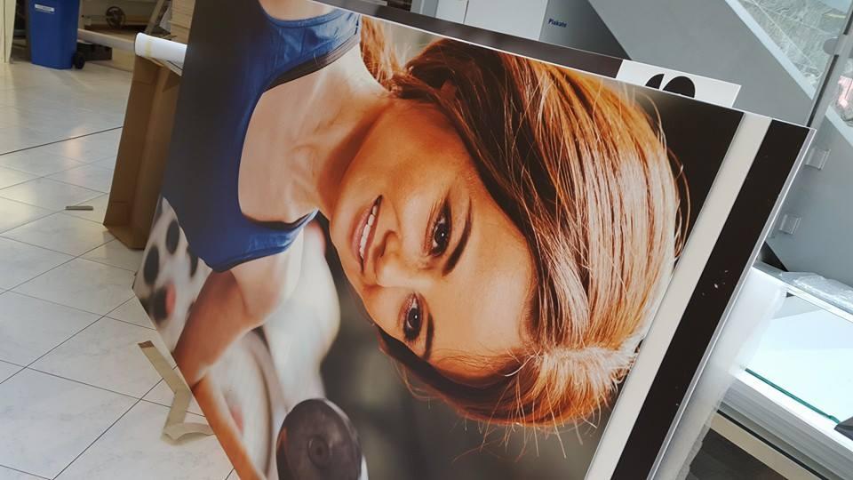 Werbeschild mit Frauenbild